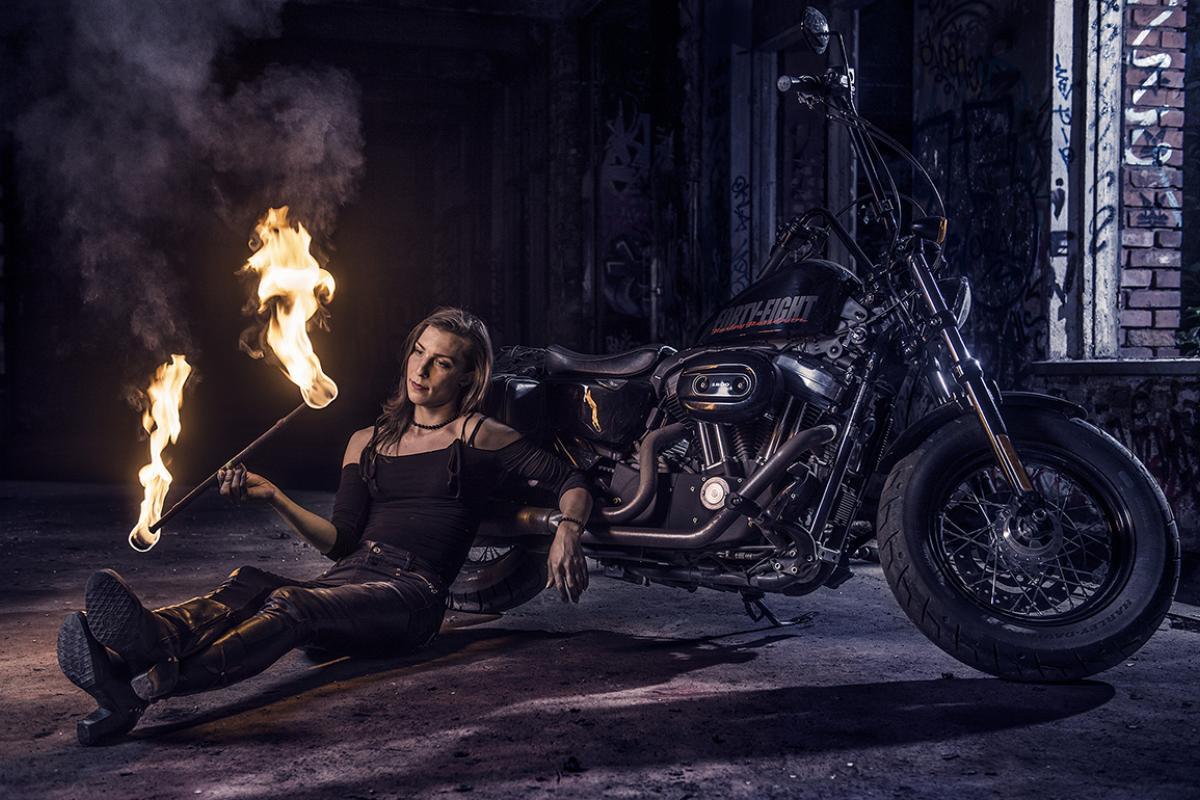 Alexia moottoripyöränsä vieressä
