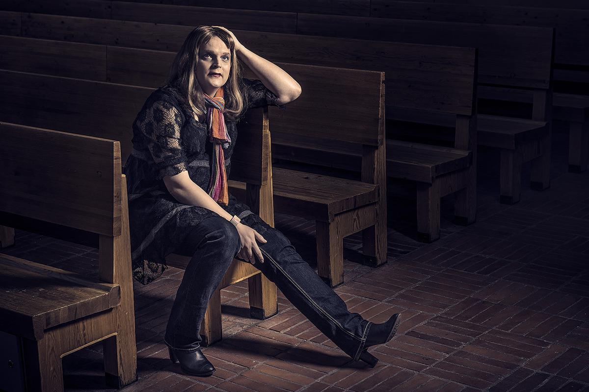 Elise istuu kirkossa tunnelmallisessa valossa