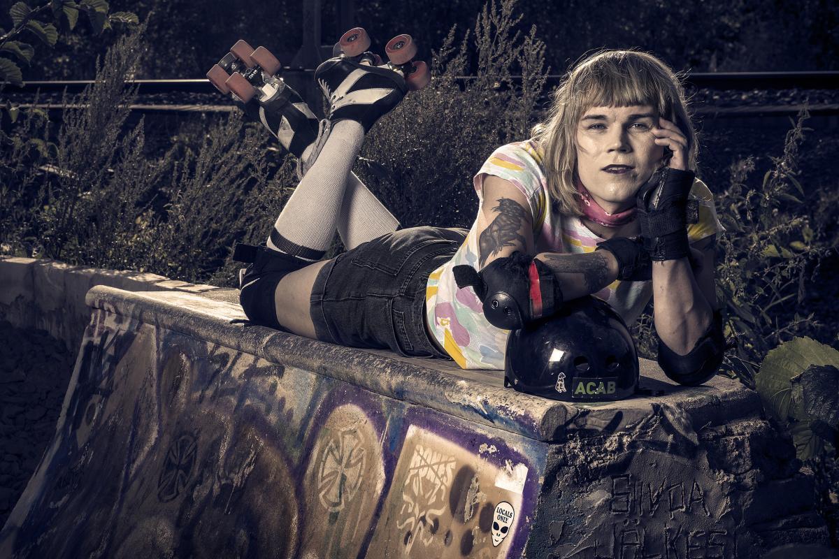 Camille turkulaisessa skettiparkissa rullaluistimet jalassa